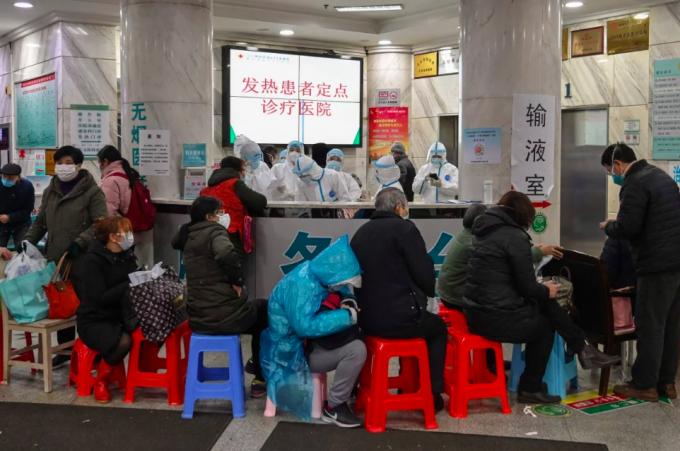 Đội ngũ nhân viên y tế ở tâm dịch Vũ Hán đang phải đối mặt với những áp lực khủng khiếp chưa từng thấy khi người dân đổ về bệnh viện mỗi lúc một đông.
