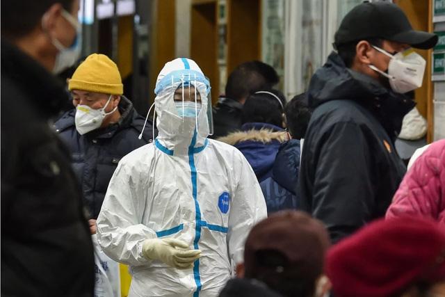 Một bác sĩ bị người nhà của một bệnh nhân tức giận và xé áo do bệnh viện đã quá tải, mọi thứ đều thiếu thốn.