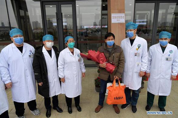 Đội ngũ y bác sĩ tại cơ sở 1 Bệnh viện ĐH Nam Xương, tỉnh Giang Tây chụp ảnh kỷ niệm với bệnh nhân nhiễm virus corona đầu tiên ở Giang Tây được chữa trị thành công (thứ 3 từ phải sang) hôm 27/1.