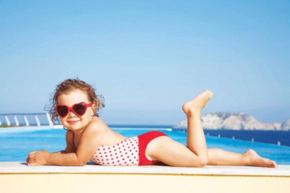 Nên phơi nắng 10- 15 phút mỗi ngày vào sáng sớm để giúp cơ thể sản xuất vitamin D tốt hơn.