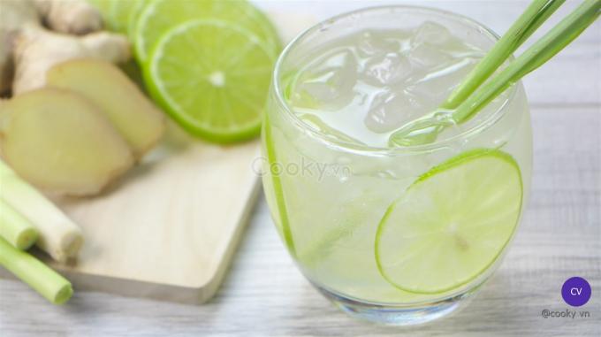 Bạn cũng có thể nấu nước chanh sả cho cả nhà uống tăng đề kháng.