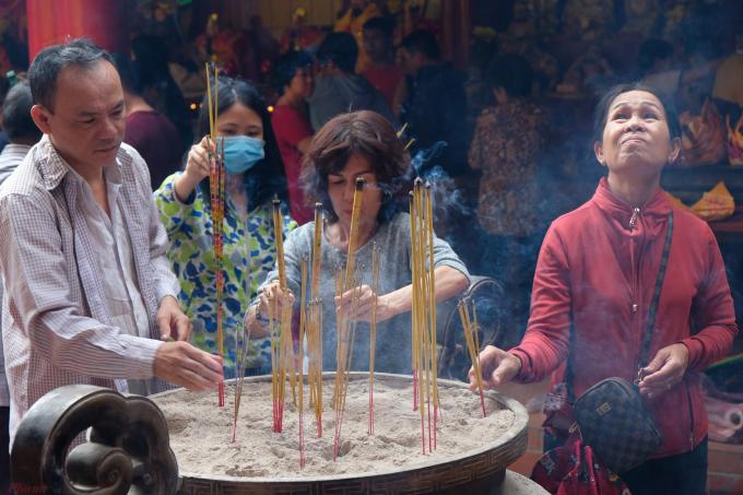 Vàodịp này, người Hoa thường đi chùa, miếu để cầu cho một năm bình an, khỏe mạnh và phát tài phát lộc.