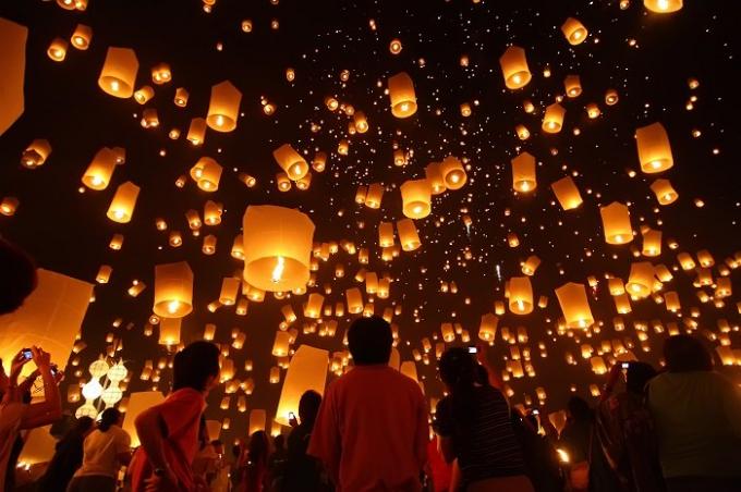 TạiTrung Quốc, người dân đón Tết Nguyên tiêu bằng cách treo hàng nghìn chiếc đèn lồng đầy màu sắc.