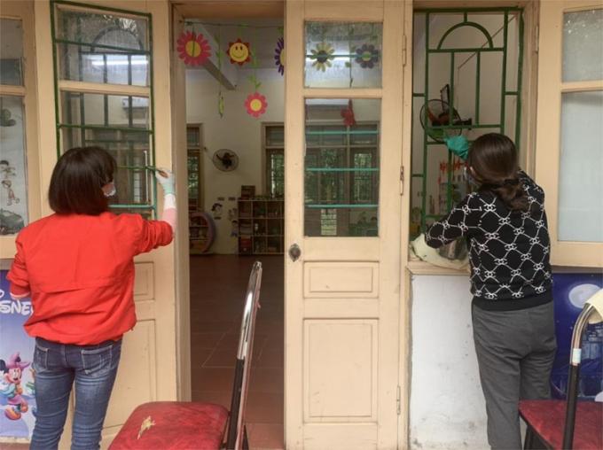 Giáo viên Trường Mầm non Cao Minh (Phúc Yên, Vĩnh Phúc) vệ sinh, sơn sửa lại lớp học.