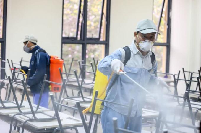 Phun hóa chất khử trùng trước khi học sinh đến lớp học.