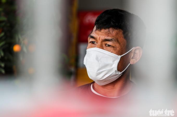 Ông Nguyễn Văn Hưng bán bia ở đầu thôn Ái Văn cho biết các hoạt động kinh doanh của gia đình ngưng trệ. Tuy nhiên điều ông trăn trở nhất bây giờ là không có đủ khẩu trang để gia đình sử dụng.