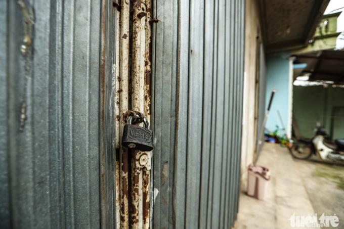 Nhiều ngôi nhà trong thôn khóa cửa do bị cách ly tập trung theo yêu cầu của chính quyền địa phương.