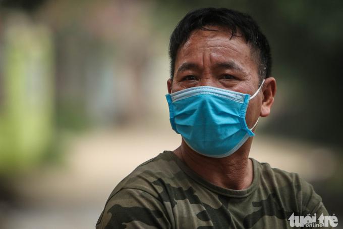 Ông Phạm Văn Bốn, hàng xóm sát vách nhà có gia đình bị nhiễm virus corona, tỏ ra bình tĩnh. Ông cho biết chính quyền địa phương cũng đã khám sức khỏe cho cả gia đình ông, hiện sức khỏe mọi người đều ổn định.