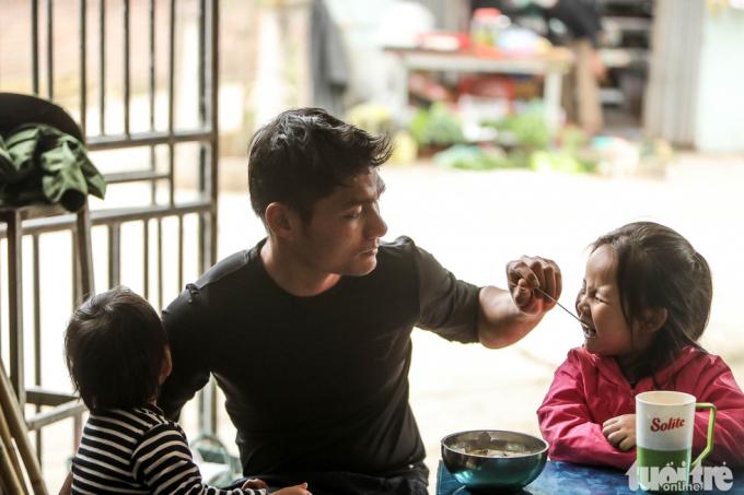 Anh Nguyễn Văn Hữu, công nhân Nhà máy thép Việt Đức ở huyện Bình Xuyên, phải ở nhà cách ly do yêu cầu của công ty.