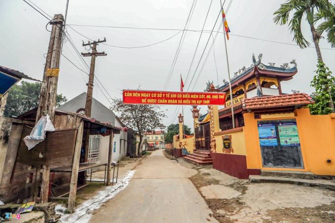 Các khẩu hiệu tuyên truyền cho người dân về virus corona được treo ở khắp đường làng ngõ xóm trong xã Sơn Lôi.Nhiều người dân trong thôn đã được đưa đi cách ly sau khi một gia đình trong thôn bị nhiễm corona.