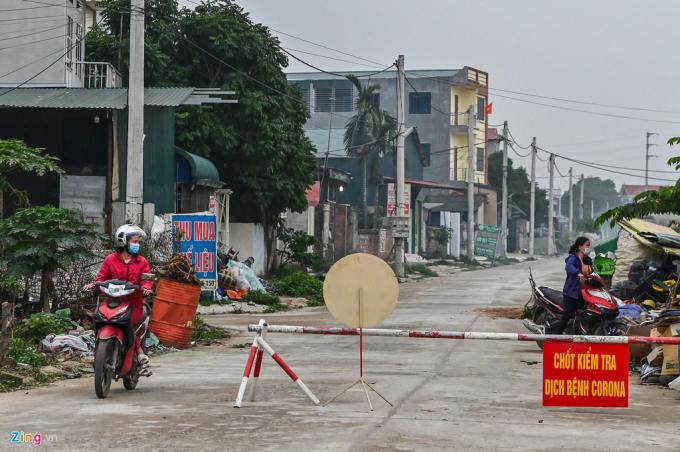 6 thôn khác của xã Sơn Lôi như Ái Văn, An Lão, Bá Cầu, Lương Câu, Ngọc Bảo, Nhân Nghĩa cũng được lực lượng chức năng lập chốt nhằm kiểm soát lượng người và xe ra vào.