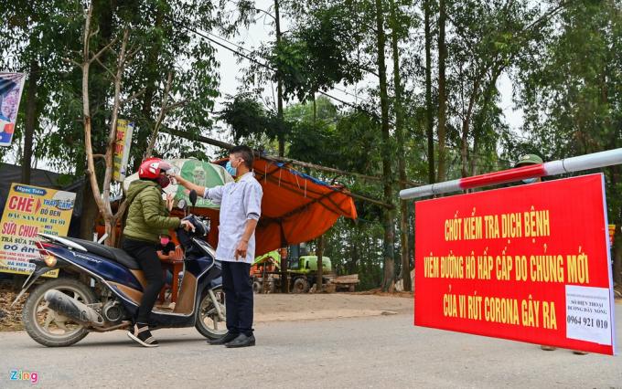 Con đường dẫn vào xã Sơn Lôi những ngày này luôn có lực lượng an ninh chốt chặn 24/24h làm công tác đo thân nhiệt người ra vào, hướng dẫn người dân đeo khẩu trang đúng cách.