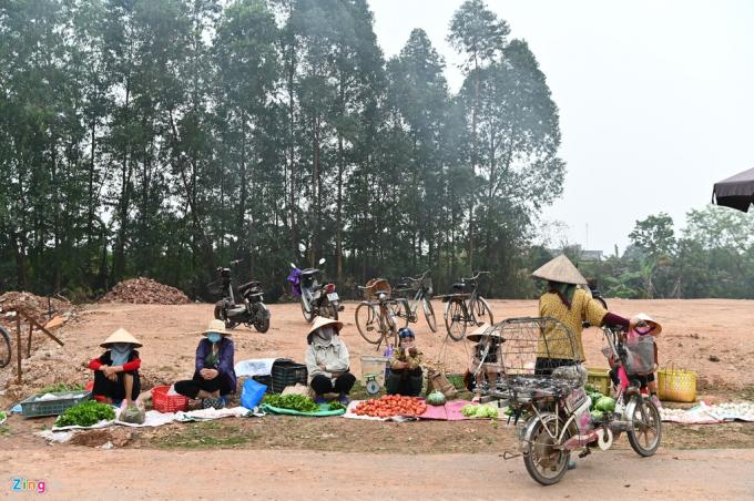Phiên chợ chiều đìu hiu vắng vẻ ở thôn Ngọc Bảo (xã Sơn Lôi, huyện Bình Xuyên) khi lượng người bán còn đông hơn cả người ghé chợ mua đồ.