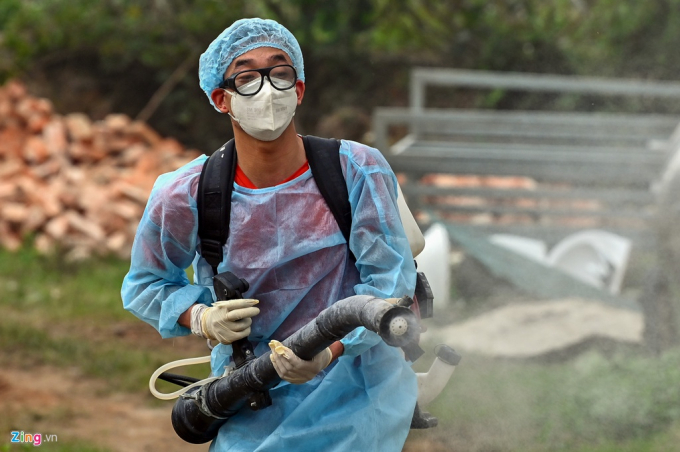 Anh Nguyễn Văn Thu (công nhân phun thuốc khử trùng) cho biết hóa chất để khử trùng là loại Cloramin B. Vị trí được khuyến cáo phun thuốc là trong nhà và sân vườn xung quanh.