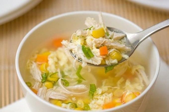 Súp gà là mónđảm bảo dinh dưỡng cho gia đình anhWan Qian khi cách ly trị bệnh tại nhà.