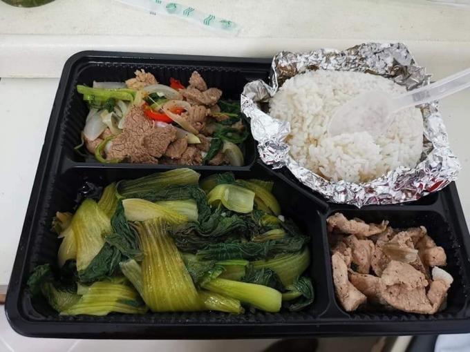 Bữa cơm trong khu cách ly tại Đông Anh, Hà Nội được cam đoan ngon hơn tất cả cơm bụi vỉa hè! Ảnh: Facebook
