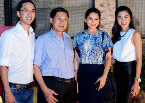 Ông Hạnh Nguyễn (áo xanh)được nhiều người biết đến hơn khi trở thành bố chồng của diễn viên -