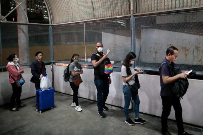 Người dân Philippines xếp hàng chờ lên tàu ở Quezon, Metro Manila.