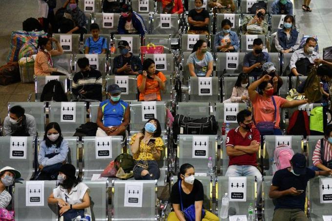 Hình ảnh tại một trạm xe bus ở Thái Lan, mọi người tự động ngồi cách nhau một ghế nhờ những hình dán nhắc nhở.