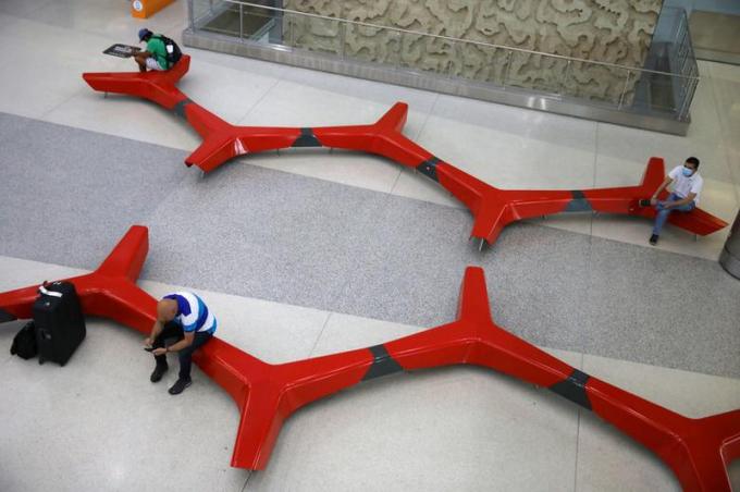 Hành khách giữ khoảng cách tại sân bay quốc tế Miami, Florida, Mỹ.