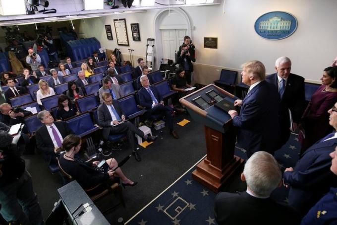 Các phóng viên tham dự cuộc họp báo của Tổng thống Donald Trump cũng tự giữ khoảng cách khi ngồi cách một ghế.