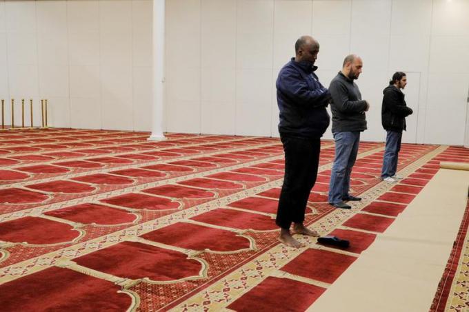 Những người đi cầu nguyện tại Nhà thờ Hồi giáo Puget Sound ở Redmond, Washington, Mỹ, cũng tuân thủ quy tắc giữ khoảng cách xã hội.