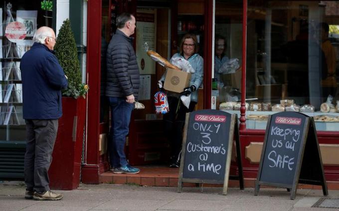 Một cửa hàng bánh ở Hale, Anh đề tấm biển