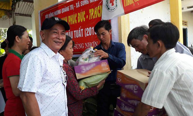 Ông Nguyễn Văn Giao (thứ 2, từ trái sang) trong một chuyến tặng quà từ thiện. Ảnh:Thanh Niên