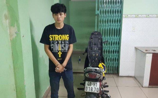 Đối tượng Trương Gia Huy cùng chiếc xe máy đã gây án tại hiện trường. Ảnh: C.A.