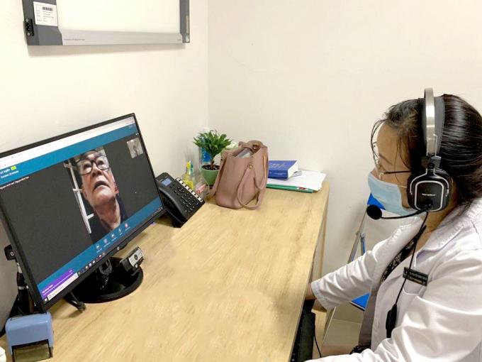 Ông Nguyễn Minh Tâm trao đổi trực tuyến với BS Nguyễn Xuân Thắng về cách điều trị đái tháo đường để ổn định sức khỏe trong thời gian cách ly. Ảnh: Vinmec