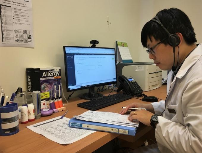 BS Nguyễn Văn Đĩnh đọc thông tin và chuẩn bị kỹ lưỡng trước khi tư vấn cho khách hàng.Ảnh: Vinmec