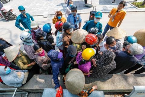 Tình trạng người dân chen lấn tại điểm ATM gạo miễn phí tại P. Nghĩa Tân, Q. Cầu Giấy, TP. Hà Nội.