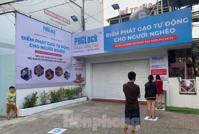 Máy ATM gạo đầu tiên được đặt tại số 204 đường Vườn Lài, quận Tân Phú, TP.HCM. Ảnh: Tiền Phong