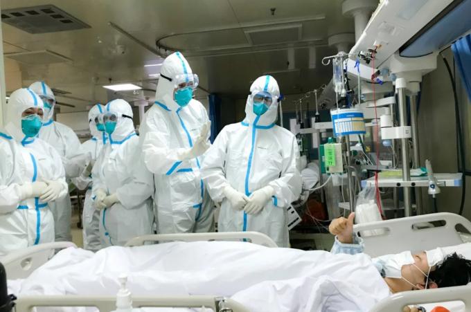 Nhân viên y tế là nhóm có nguy cơ hàng đầu do trực tiếp đối mặt với dịch bệnh, họ dễ bị sang chấn tâm lý nhất. Ảnh: THX