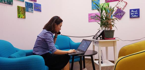 Một người trong đội ngũ tư vấn tâm lý thực hiện công việc online tại Singapore. Ảnh: tác giả cung cấp