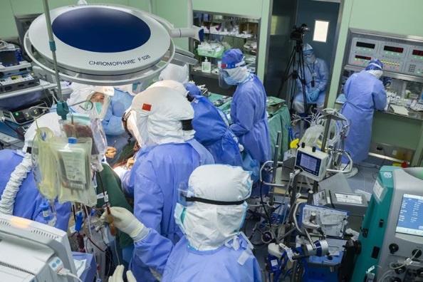 Ca cấy ghép phổi cho bệnh nhân ở Vũ Hán kéo dài 6 tiếng vào ngày 24/4. Hậu phẫu, bệnh nhân có sức khỏe tốt. Ảnh:China Daily