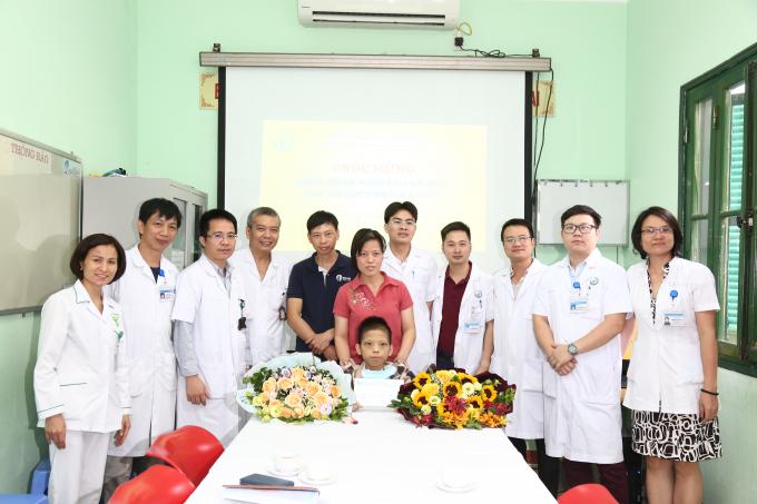 Bệnh nhân ca ghép phổi đầu tiên và gia đình bên các bác sĩBV Hữu nghị Việt Đức trước lúc ra viện. Ảnh:BVViệt Đức