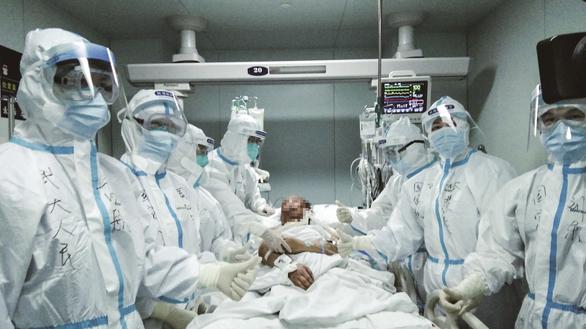 Các bác sĩ chụp ảnh bên bệnh nhân Cui An tại Bệnh viện Renmin. Ảnh: Youth.cn