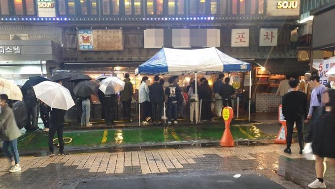 Khách xếp hàng dài trước một quán bar tại quận Gangnam, Soeul (Hàn Quốc) ngày 9/5. Ảnh: Yonhap