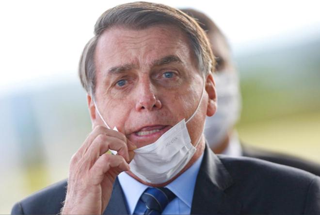 Cuối cùng, Tổng thống BrazilJair Bolsonaro cũng đã chịu đeo khẩu trang. Ảnh: Reuters