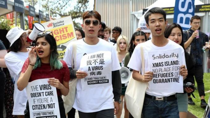 Sinh viên gốc Á tại Mỹ biểu tình phản đối nạn phân biệt chủng tộc vì COVID-19. Ảnh: Reuters