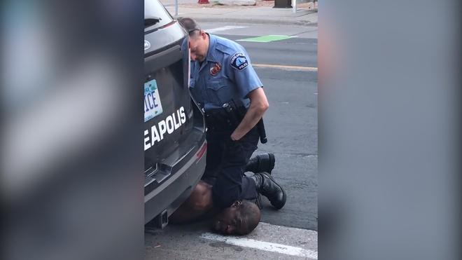 Hình ảnh George Floyd bị cảnh sát dùng đầu gối đè lên cổ gây phẫn nộ khi được lan truyền trên mạng xã hội. Ảnh:The New York Times