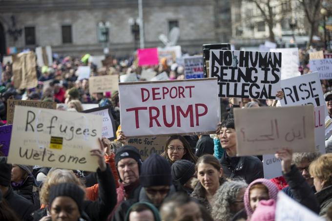 Chính sách cấm nhập cư của Tổng thống Trump nhằm vào các quốc gia Hồi giáo vấp phải sự phản đối dữ dội của người dân Mỹ cũng như trên thế giới, gây ra làn sóng biểu tình mạnh mẽ. Ảnh:WBUR