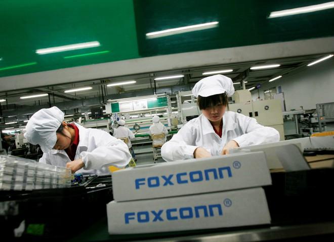 Công nhân tại nhà máy của Foxconn ở tỉnh Quảng Đông, Trung Quốc. Ảnh: Reuters.