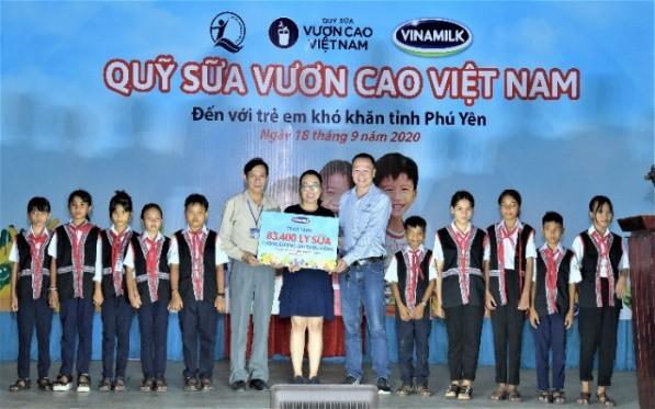 Năm 2020, Vinamilk và Quỹ sữa Vươn cao Việt Nam trao tặng 83.400 ly sữa, tương đương khoảng 600 triệu đồng cho 930 trẻ em có hoàn cảnh khó khăn tại tỉnh Phú Yên.