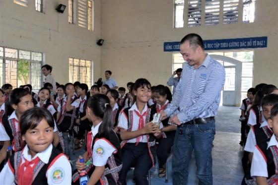 Các đại biểu trao tặng sữa tận tay các em học sinh tại chương trình Lễ trao tặng sữa của Quỹ sữa Vươn cao Việt Nam tại Phú Yên.
