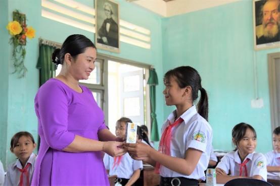 Những ly sữa được các thầy cô giáo trao đến tay các em học sinh trường Phổ thông Dân tộc Nội trú huyện Đồng Xuân.