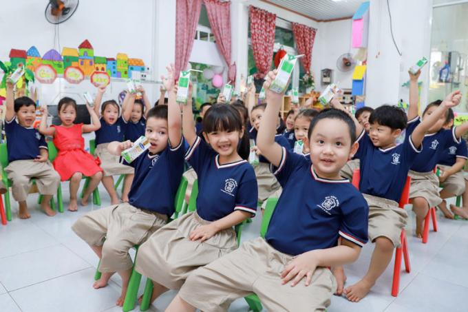 Chương trình Sữa học đường được tích cực triển khai, đảm bảo học sinh được uống sữa đầy đủ khi đến trường ''mùa dịch''.
