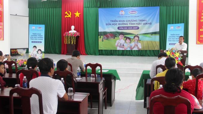 Hình 1: Ông Trần Trung Dũng, Chi cục phó Chi cục Dân số Kế hoạch hóa Gia đình tỉnh HậuGiang phát biểu tại buổi tập huấn cho hơn 200 giáo viên và học sinh tại trường Hòa Mỹ 1.