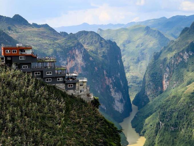 Một khách sạn 7 tầng với kiến trúc lạ lùng đang vấp phải nhiều ý kiến phản đối khi nằm ngay bên hông đèo Mã Pì Lèng (huyện Mèo Vạc, tỉnh Hà Giang), ảnh hưởng đến cảnh quan khu vực này (Ảnh: Lưu Quang Phổ)